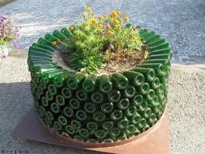 Tiestos reciclados - Macetero con botellas de cristal
